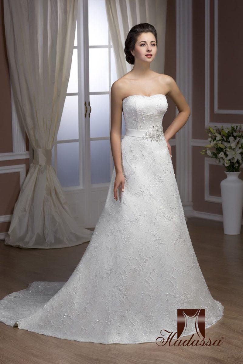 Элегантное свадебное платье «принцесса» с длинным шлейфом и широким поясом с вышивкой.