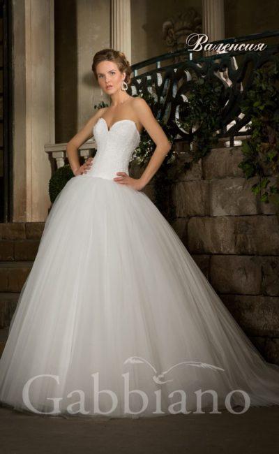 Традиционное свадебное платье с лифом в форме сердца и многослойной пышной юбкой.