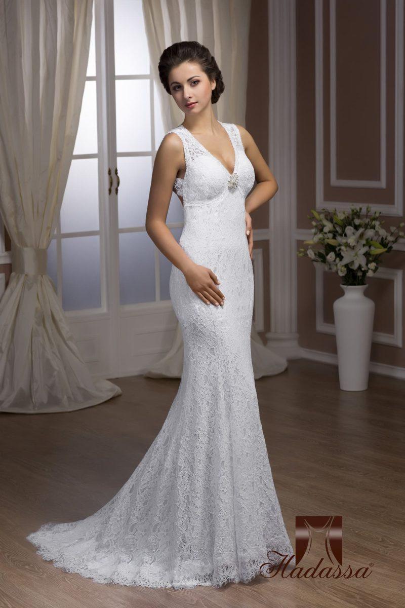 Кружевное свадебное платье силуэта «рыбка» с изящным полукругом шлейфа сзади.