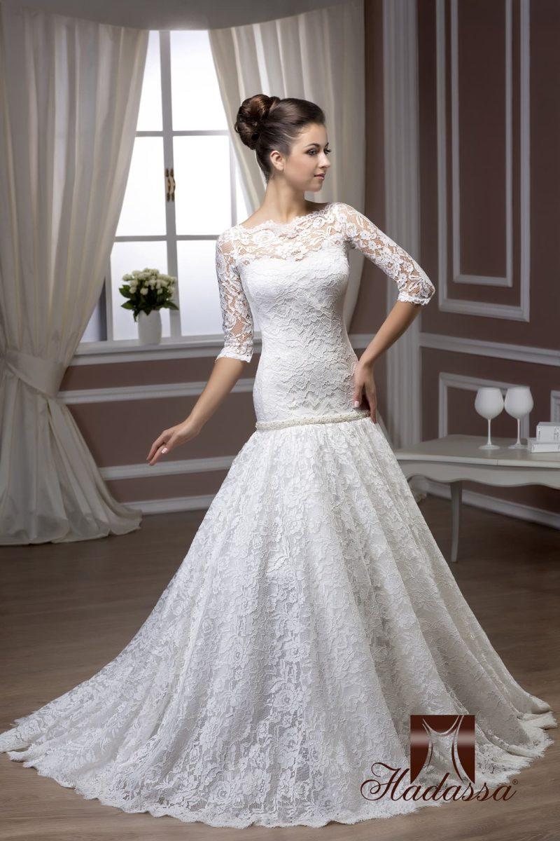 Кружевное свадебное платье с фигурным декольте и юбкой силуэта «рыбка».