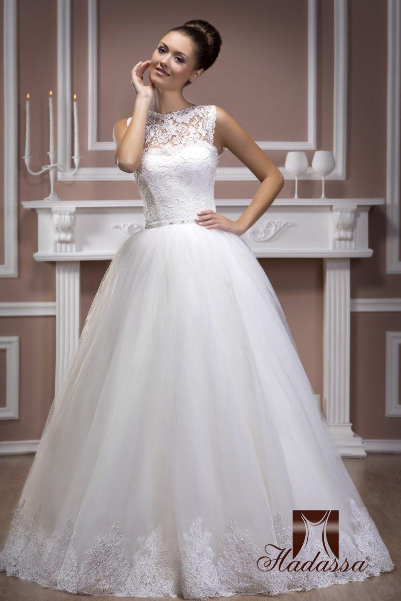 Свадебное платье с закрытым кружевным лифом и многослойной юбкой с ажурным декором по подолу.