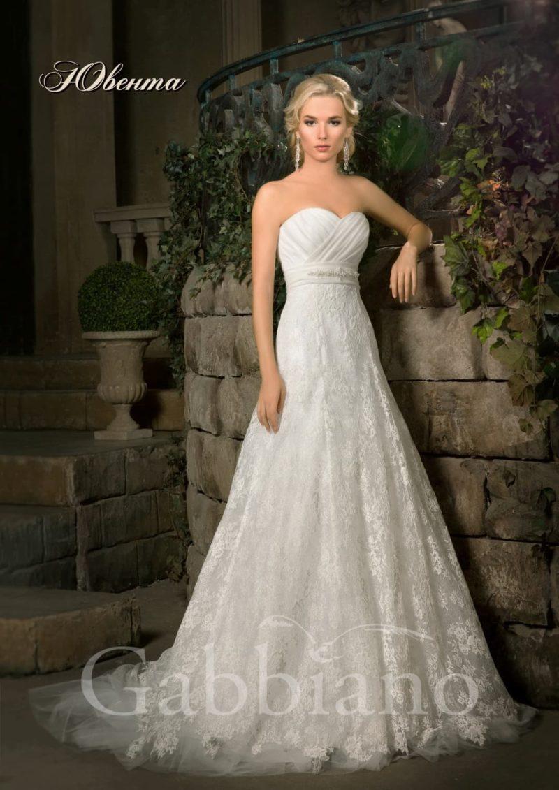 Открытое свадебное платье силуэта «принцесса» с кружевной юбкой со шлейфом.