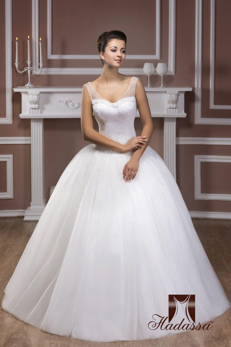 Пышное свадебное платье с V-образным лифом