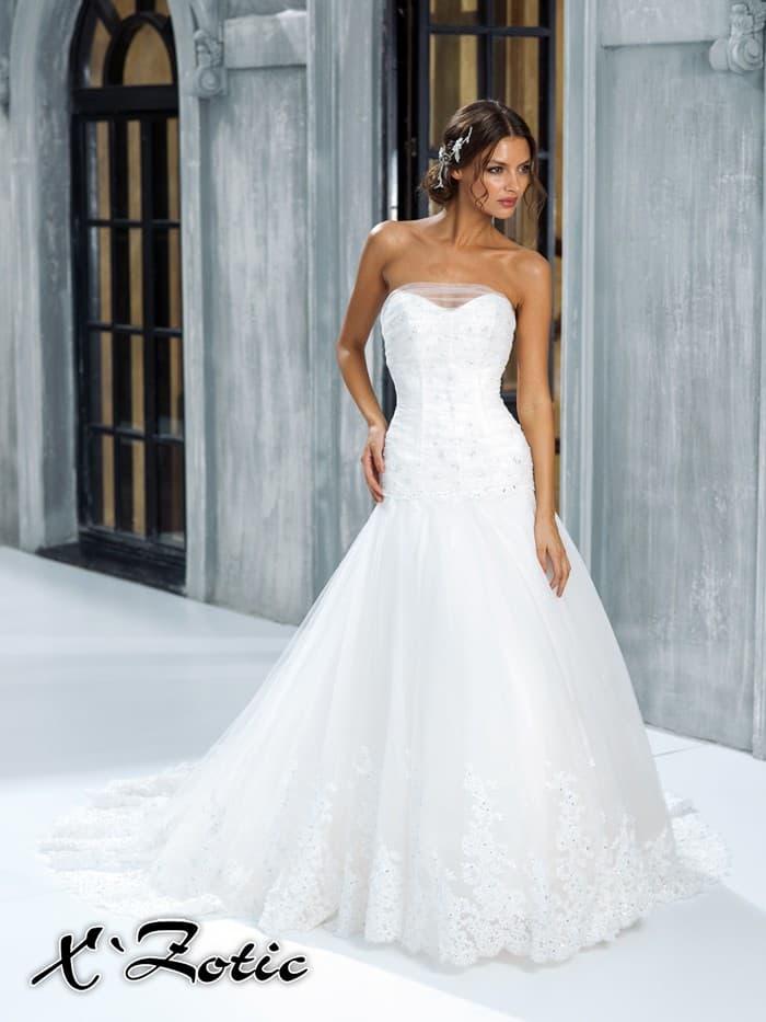 Открытое свадебное платье силуэта «рыбка» с декором лифа из полупрозрачной ткани.