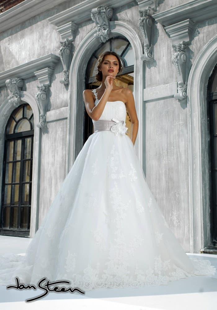 Пышное свадебное платье с асимметричным лифом и широким цветным поясом.