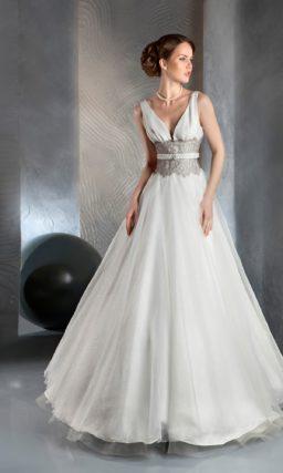 Свадебное платье силуэта «принцесса» с серым кружевом и узким поясом на уровне талии.