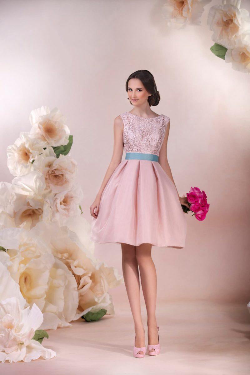 Короткое свадебное платье розового цвета с широким бирюзовым поясом и вышивкой на лифе.