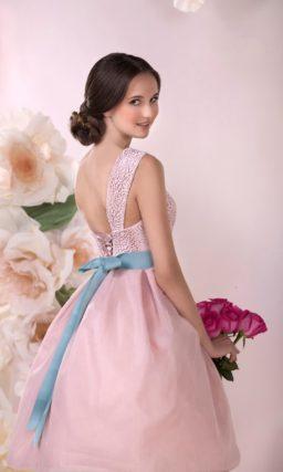 Прямое свадебное платье с ажурной американской проймой и вышивкой под лифом.
