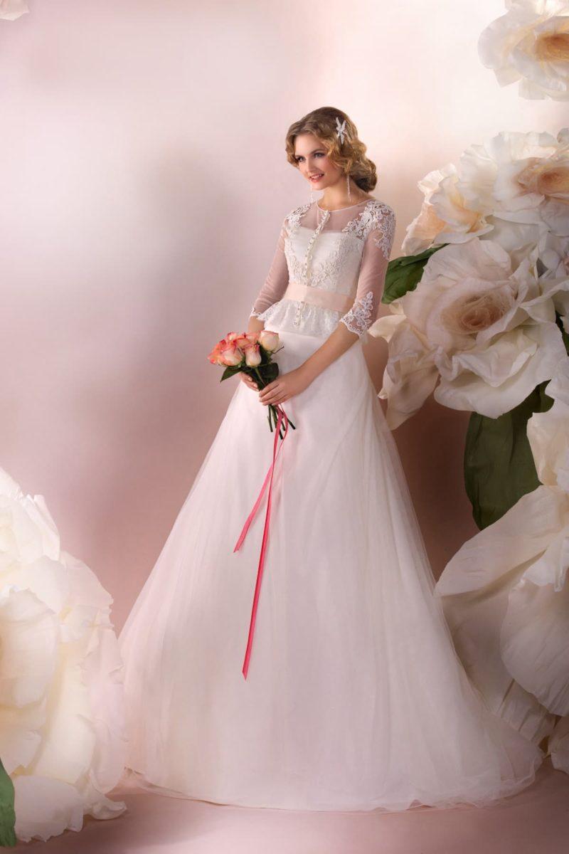 Закрытое свадебное платье силуэта «принцесса» с длинным ажурным рукавом и цветным поясом.