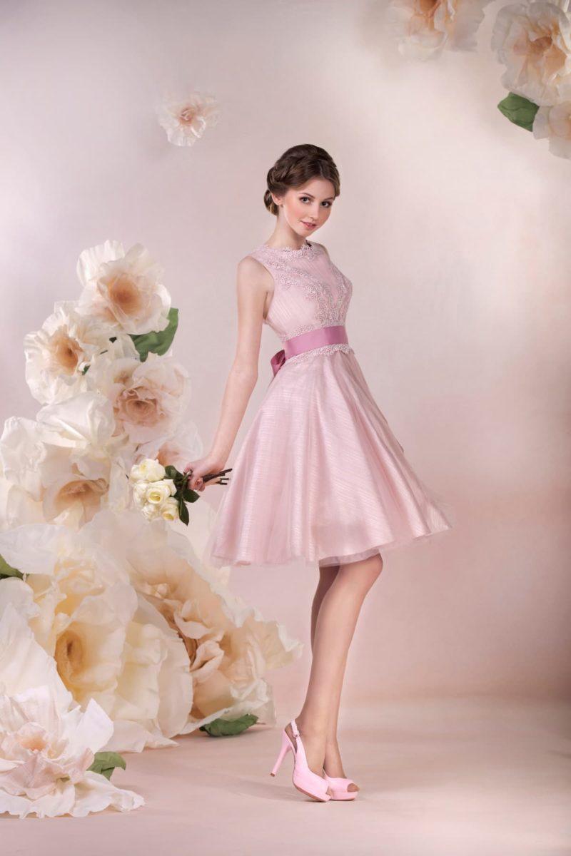 Короткое свадебное платье розового цвета, с широким атласным поясом, завязанным бантом.