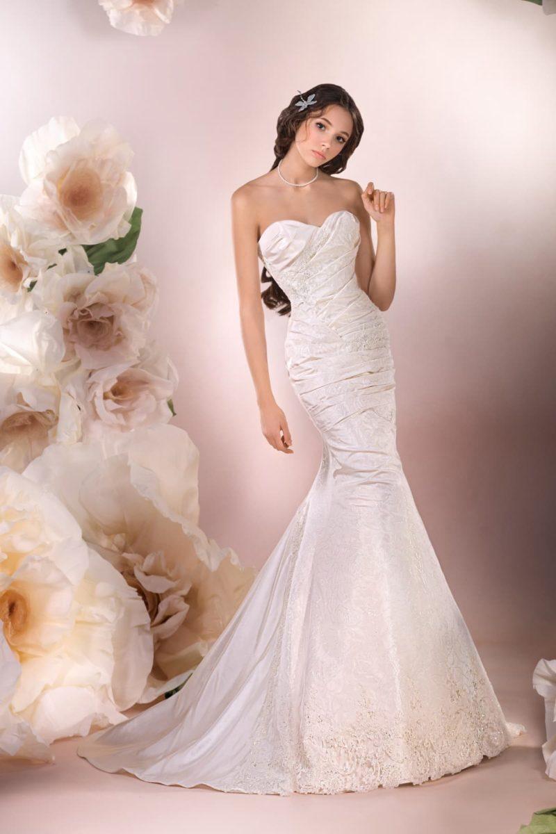 Открытое свадебное платье из фактурной ткани, с силуэтом «рыбка» и драпировками.