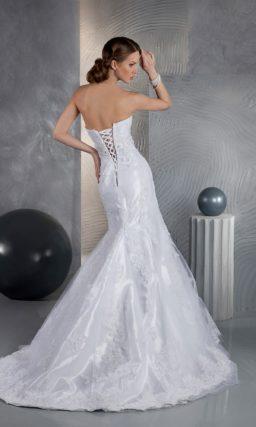 Свадебное платье «рыбка» с открытым верхом, декорированное сияющим кружевом.