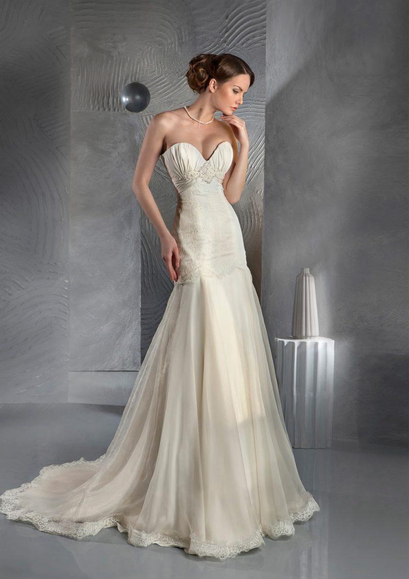 Свадебное платье с силуэтом «рыбка» с длинным шлейфом и открытым лифом.