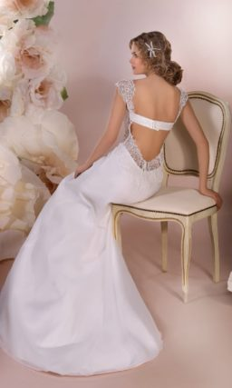 Свадебное платье силуэта «рыбка» с кружевным декором верха и открытой спинкой.