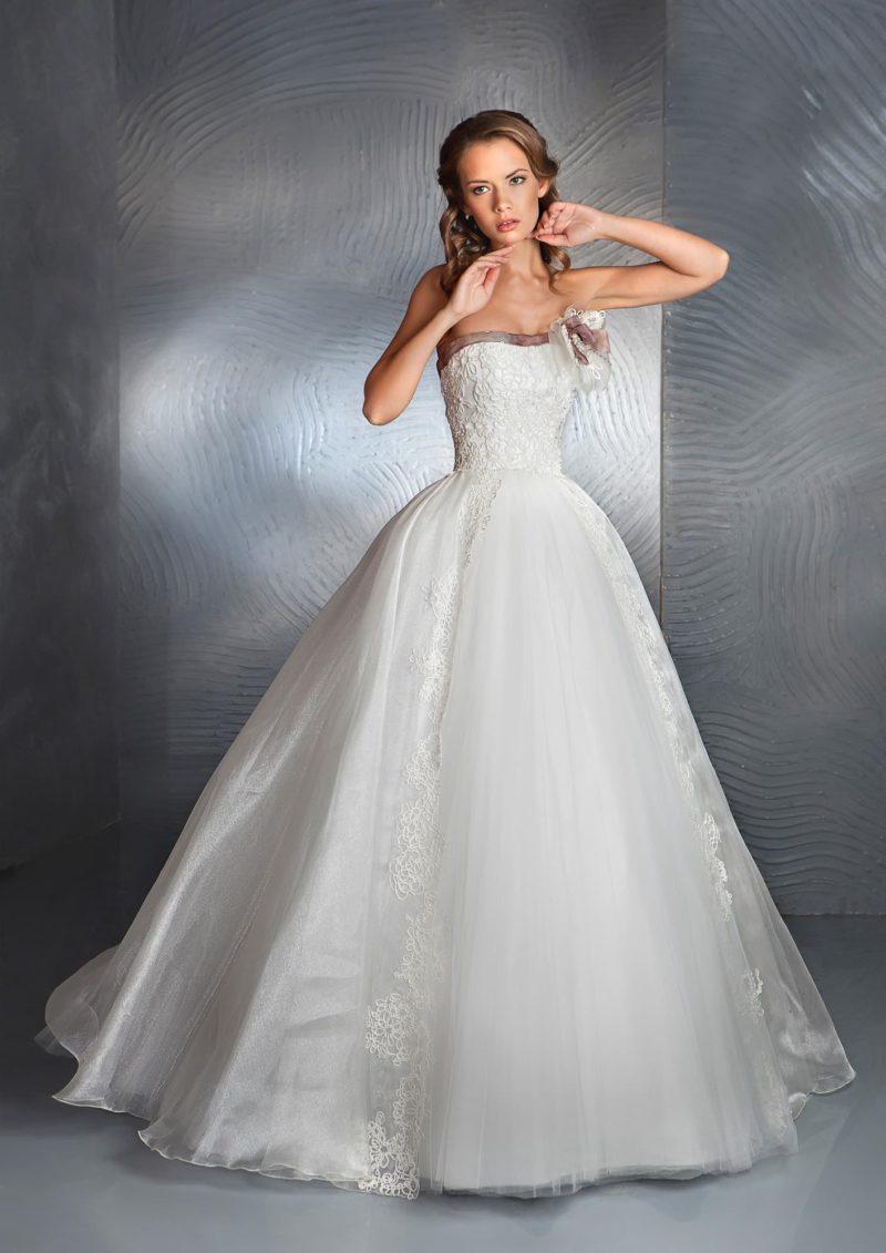 Пышное свадебное платье с кружевным корсетом и вертикальными полосами кружева по юбке.
