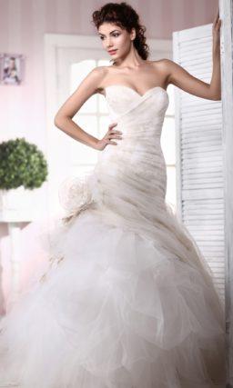 Открытое свадебное платье силуэта «рыбка», красиво задрапированное по фигуре.