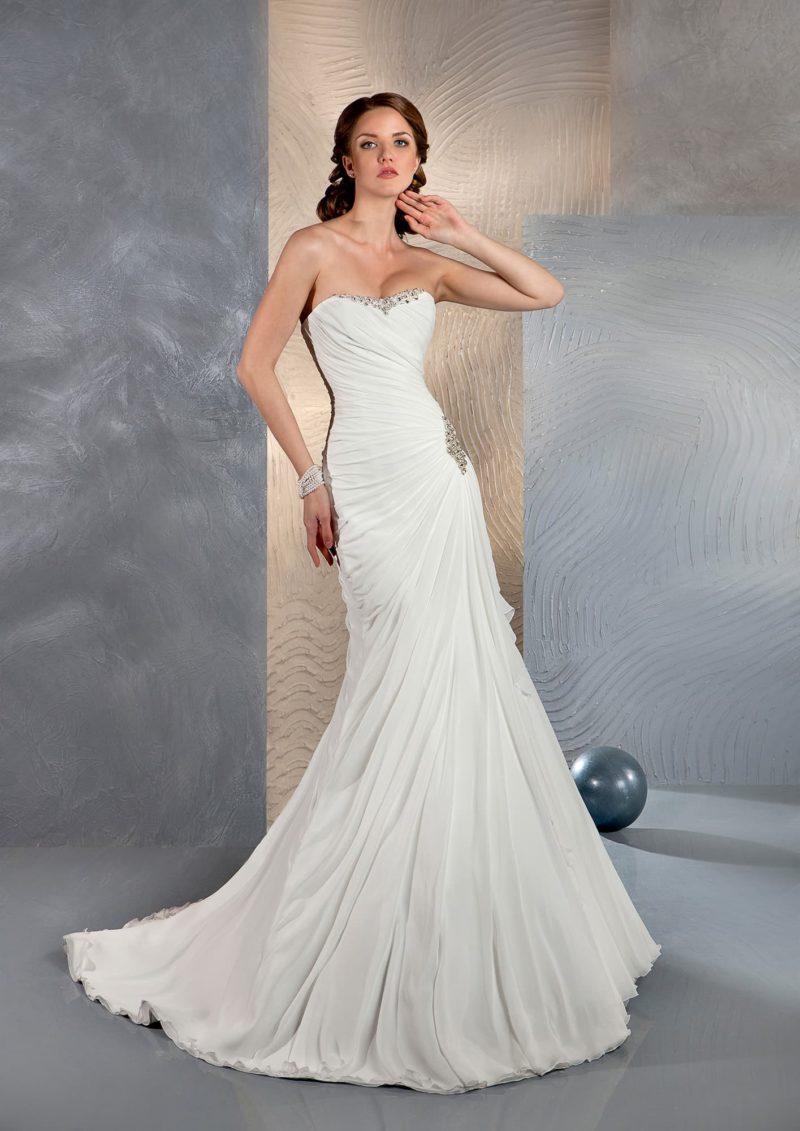 Свадебное платье силуэта «рыбка» с бисерной вышивкой по краю открытого лифа.