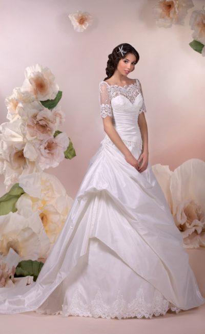 Роскошное свадебное платье А-силуэта с кружевным болеро с портретным вырезом.