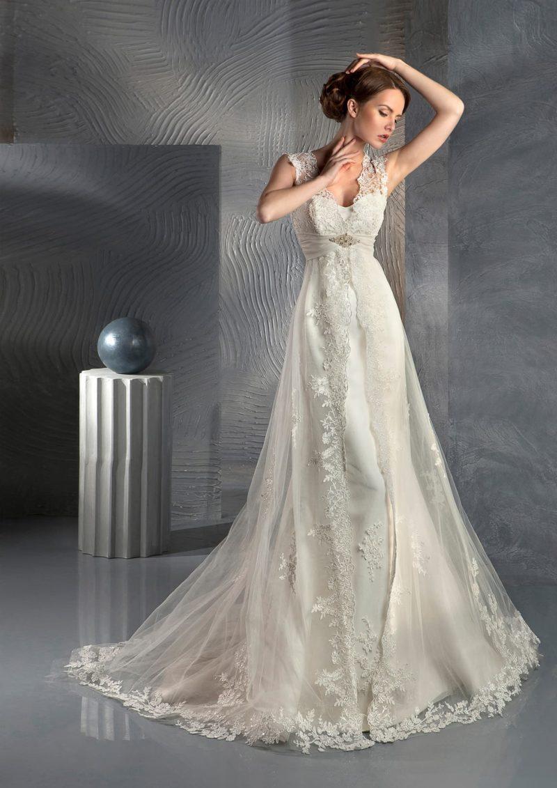 Прямое свадебное платье с прозрачной верхней юбкой и ажурными бретелями.