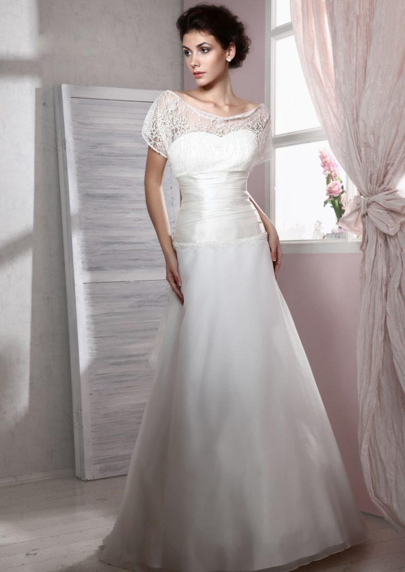 Прямое свадебное платье из атласной ткани с кружевным верхом и короткими рукавами.