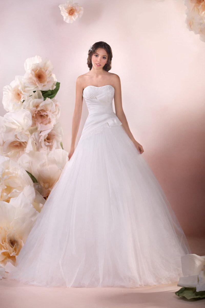 Романтичное свадебное платье с открытым атласным корсетом и многослойной юбкой А-силуэта.