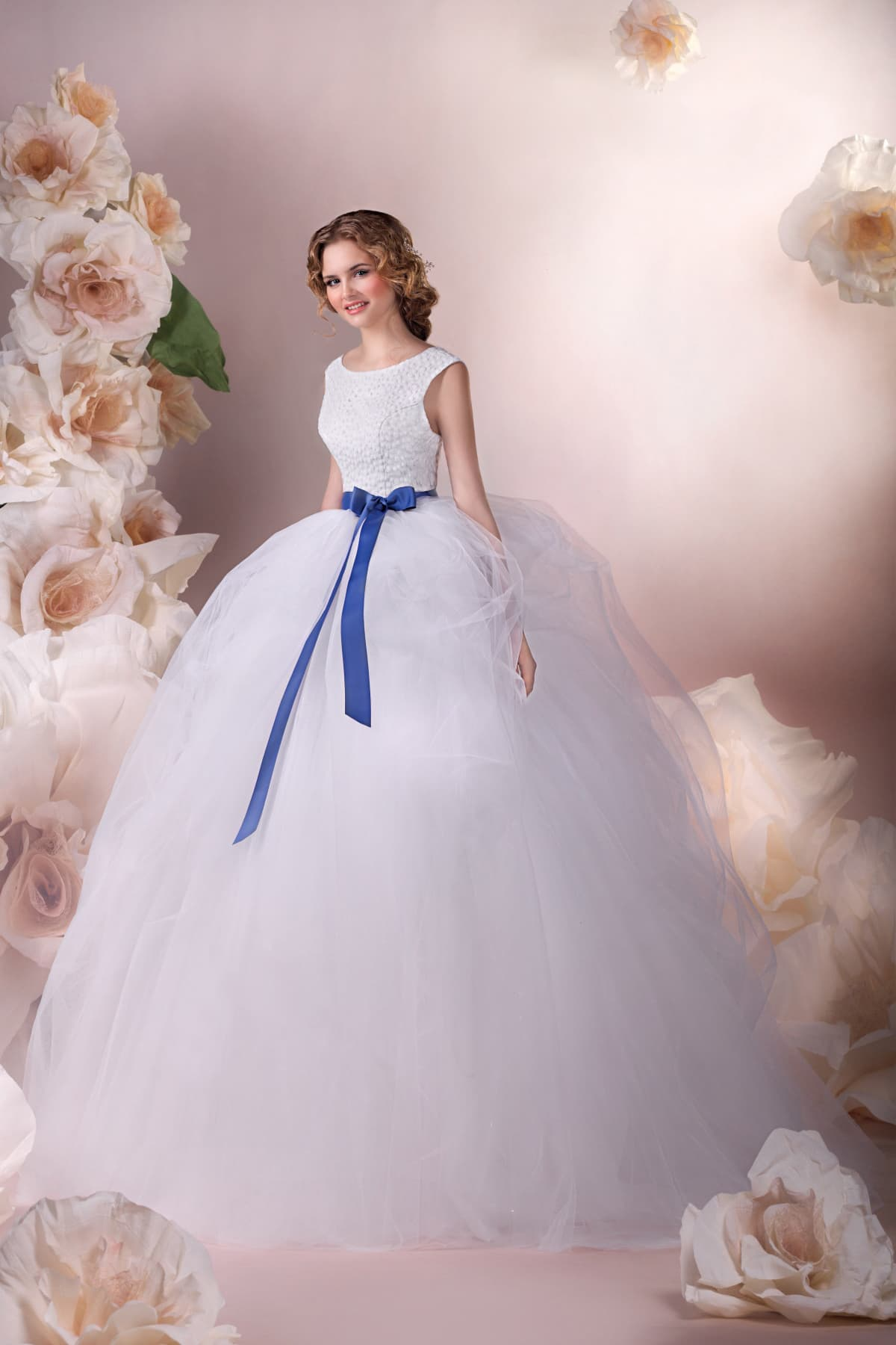 bd11b3f7b132bbc Торжественное свадебное платье с роскошной пышной юбкой и синим атласным  поясом.