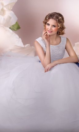 Торжественное свадебное платье с роскошной пышной юбкой и синим атласным поясом.