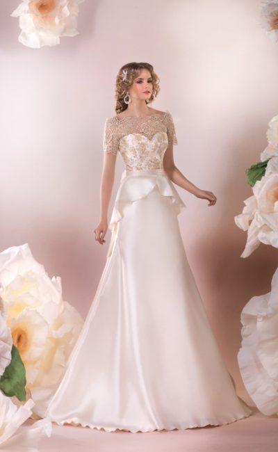 Атласное свадебное платье прямого силуэта с объемной баской и кружевным декором сверху.