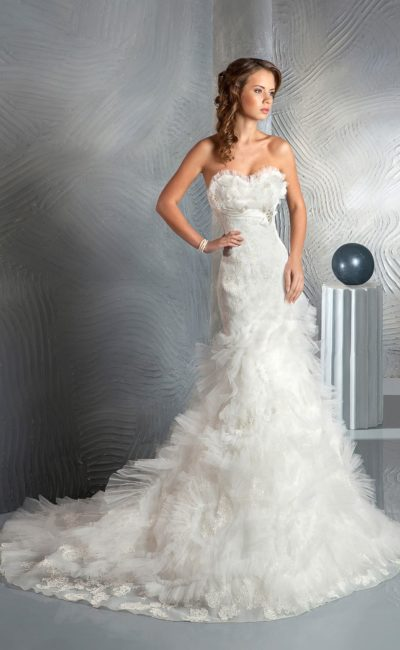Кокетливое свадебное платье «рыбка» с объемной отделкой лифа и юбки, дополненное шлейфом.