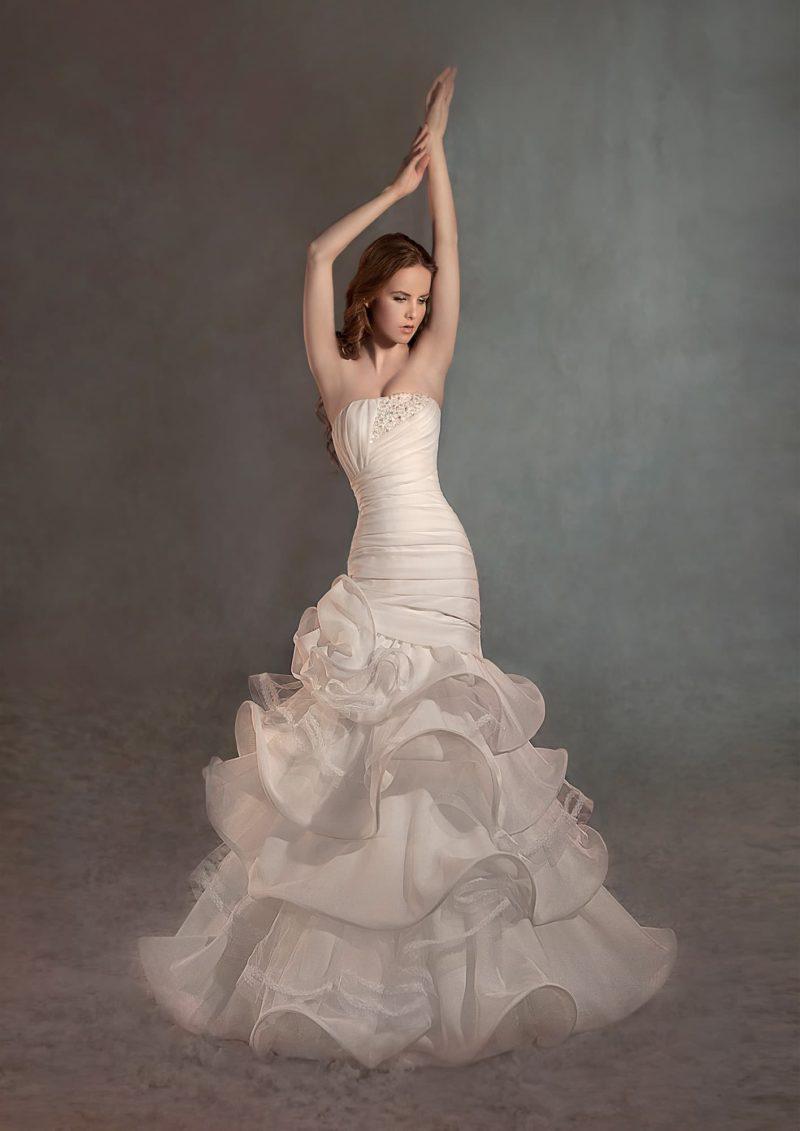 Свадебное платье «рыбка» цвета слоновой кости, украшенное широкими полосами драпировок.
