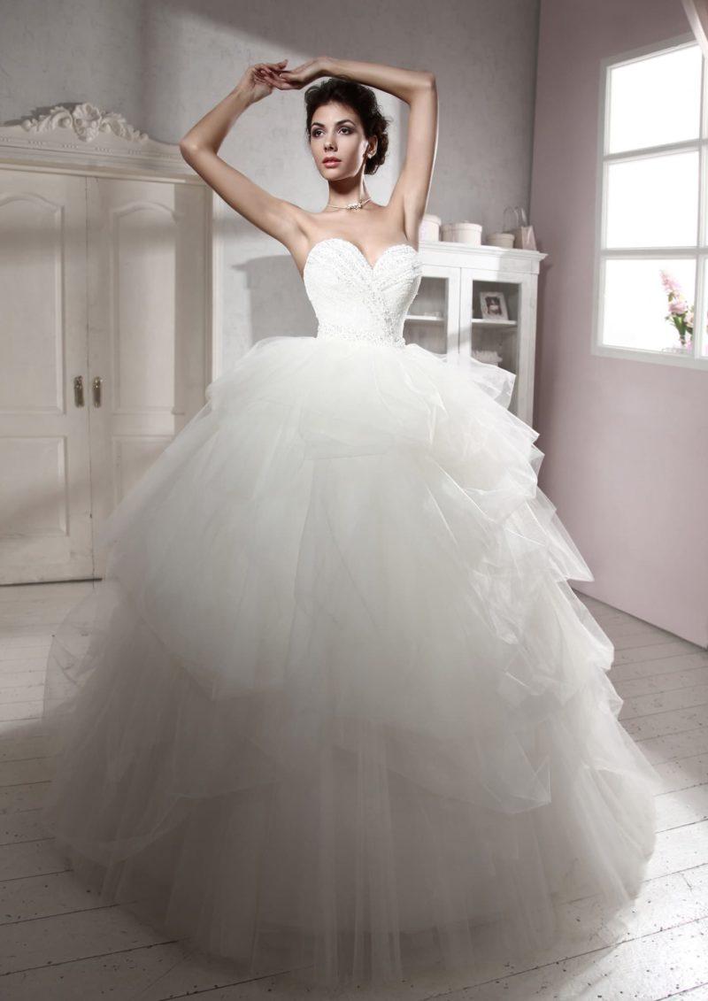 Свадебное платье с невероятно пышной юбкой и открытым корсетом с глубоким вырезом.