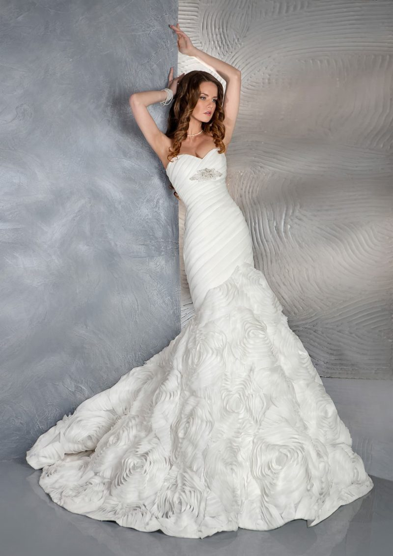 Открытое свадебное платье с силуэтом «рыбка» и отделкой из выразительных бутонов.
