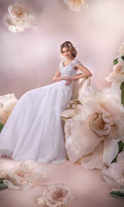Ампирное свадебное платье с многослойной юбкой со шлейфом и короткими кружевными рукавами.