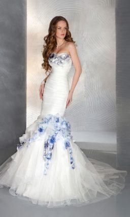 Оригинальное свадебное платье силуэта «рыбка» с отделкой синего цвета на лифе и по подолу.