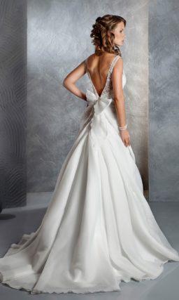 Свадебное платье А-силуэта с великолепным пышным шлейфом и закрытым лифом с вышивкой.