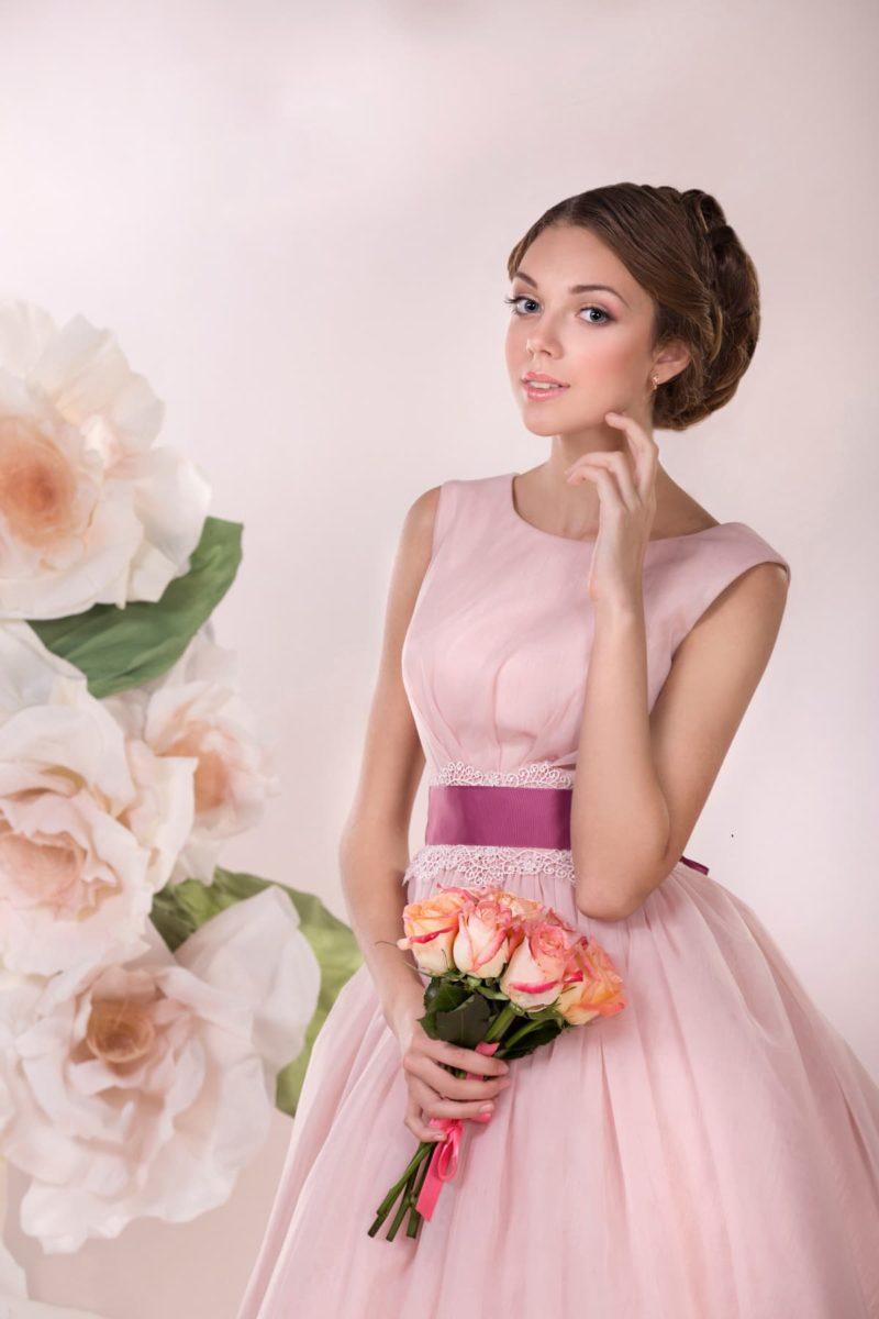 Розовое свадебное платье с пышной юбкой и атласным поясом насыщенного цвета.