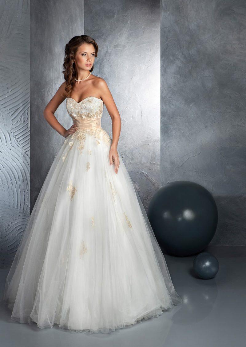 Пышное свадебное платье с кремовым атласным поясом и вышивкой по корсету в цвет.