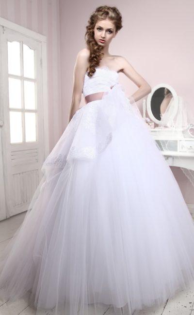 Пышное свадебное платье с многослойной баской и розовым атласным поясом на талии.