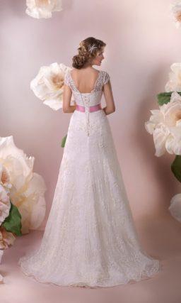 Прямое свадебное платье с кружевной верхней юбкой и короткими рукавами.