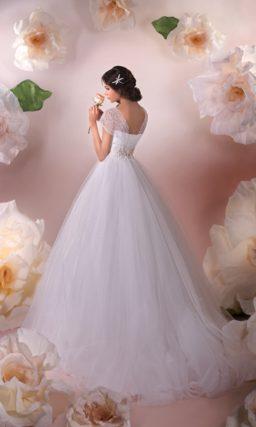 Свадебное платье пышного силуэта с широкими кружевными бретелями и поясом на талии.