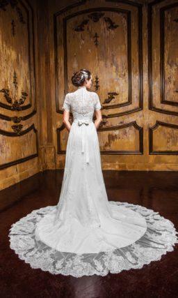 Прямое свадебное платье с великолепным кружевным шлейфом и V-образным декольте.
