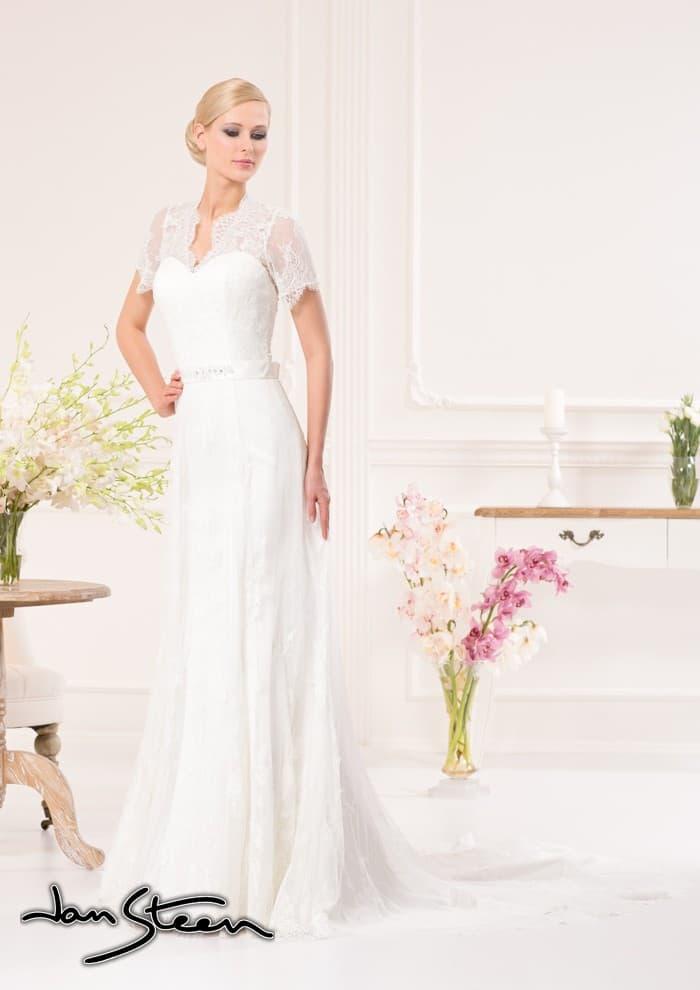 Прямое свадебное платье с короткими кружевными рукавами и длинным шлейфом.