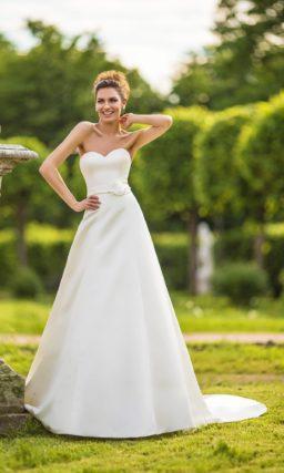 Свадебное платье с силуэтом «принцесса» и ажурной отделкой верха с портретным декольте.