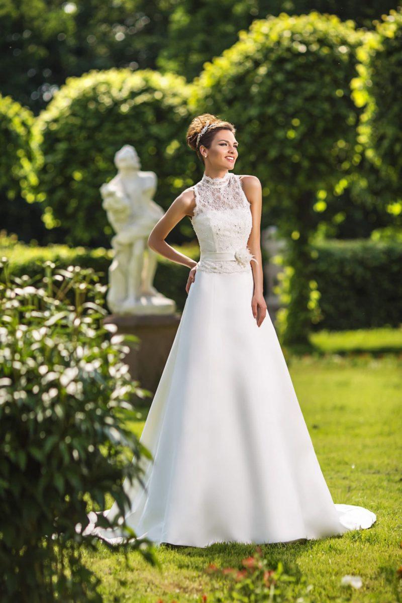 Свадебное платье силуэта «принцесса» с американской проймой, оформленной кружевом.
