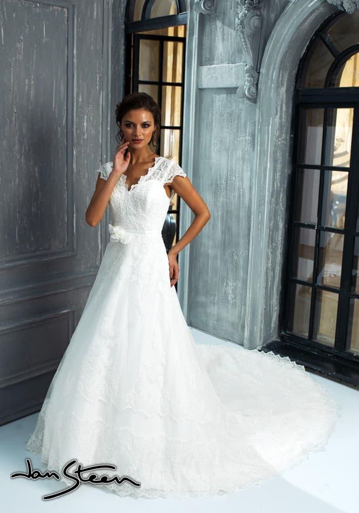 Кружевное свадебное платье силуэта «принцесса» с длинным ажурным шлейфом.