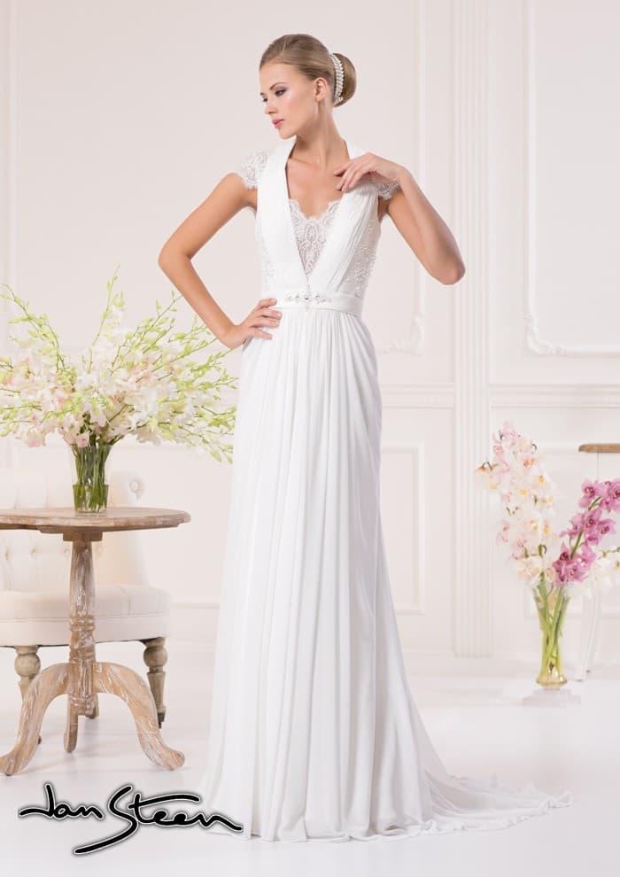 Прямое свадебное платье с вертикальными складками ткани на юбке и V-образным вырезом.