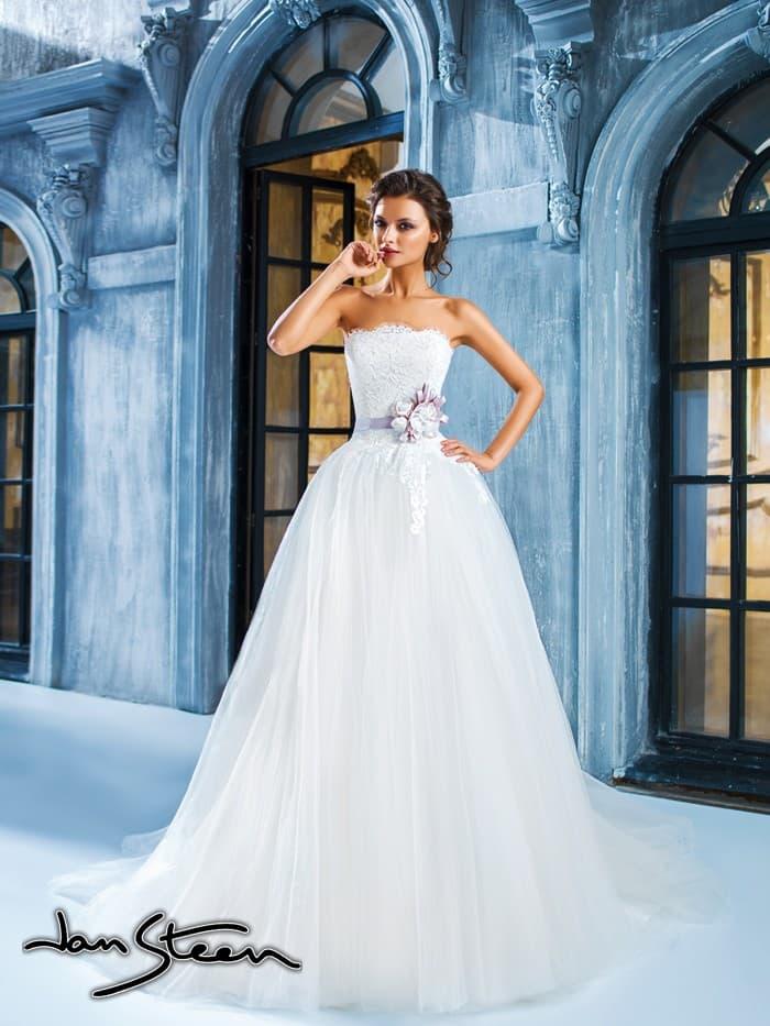 Пышное свадебное платье с открытым кружевным корсетом и цветным поясом с объемной отделкой.