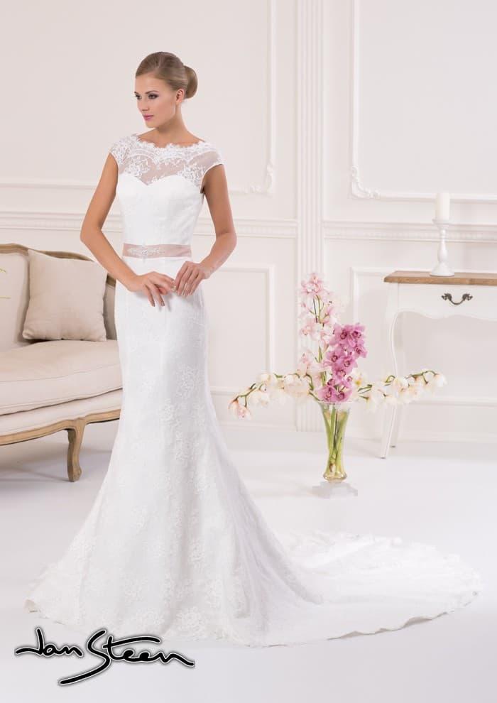Свадебное платье силуэта «рыбка» с длинным шлейфом и изящным поясом из розового атласа.