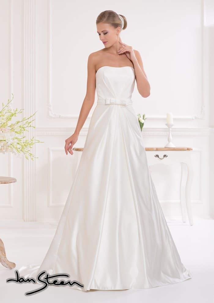 Атласное свадебное платье с силуэтом «принцесса» и драпировками на открытом корсете.