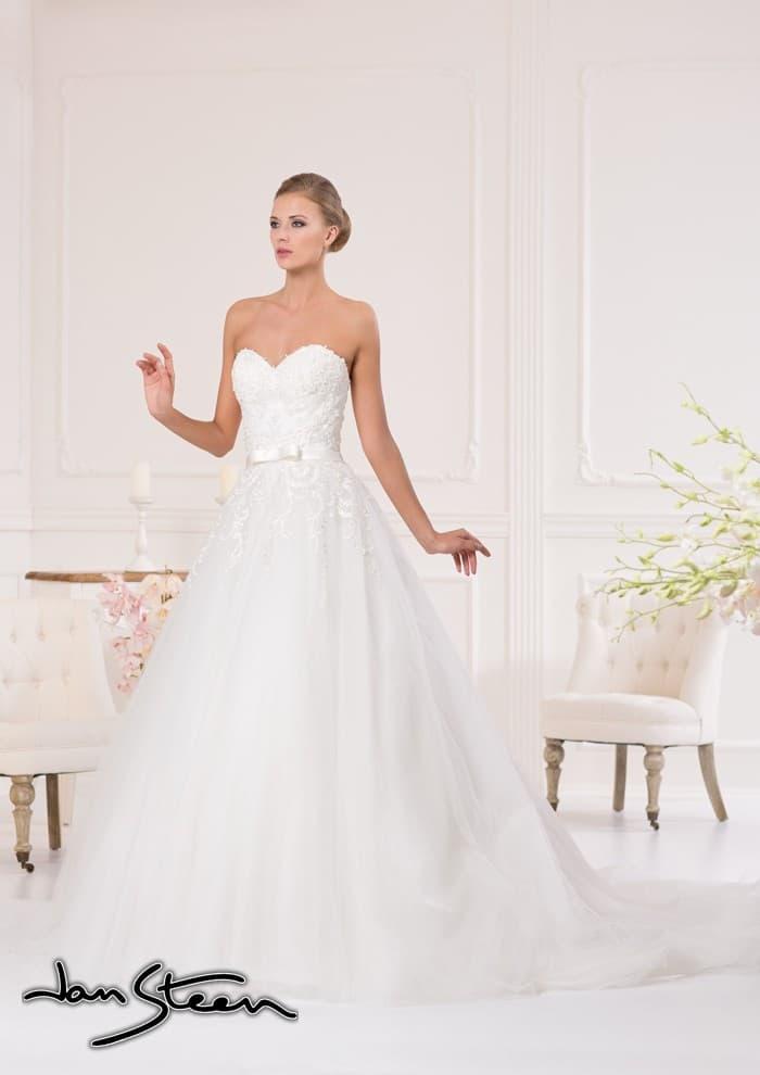 Открытое свадебное платье силуэта «принцесса» с кружевными аппликациями по корсету.